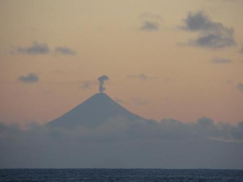 Le sommet du Shishaldin avec son panache de vapeur 3 décembre 2014 à 18h47 Image courtesy of AVO/USGS – Photographe: Levi Musselwhite